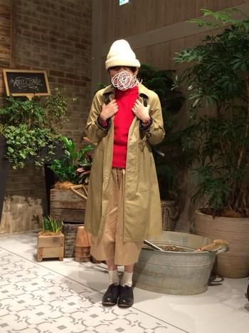 実はベージュとの相性が抜群な赤。ベージュのコートやパンツを持っているという方は多いはず。ぜひ合わせてコーディネートしてみてくださいね。