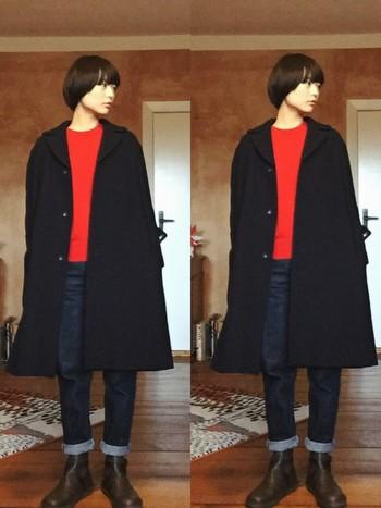 """使っているアイテムは、ダークカラーのチェスターコートやブーツなど、マニッシュなものが多いですが、赤ニットを差し色として使うことで、男っぽくなりすぎず""""かっこいい女性""""のコーディネートに。"""