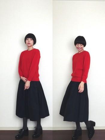 黒のロングスカートと合わせると、大人っぽく着こなせます。グレーのタイツとレザーシューズが、シックな雰囲気にまとめてくれていますね。
