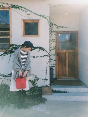 ほんわかとした雰囲気のコーディネートに、小さな赤いバッグを加えてメリハリを付けて。ストールのグレーとのコントラストがきれいですね。