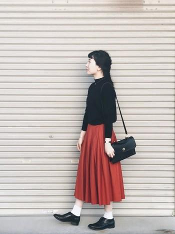 フェミニンな赤スカート。白と合わせると可愛らしい雰囲気になりますが、黒と合わせると大人っぽくクラシカルな雰囲気に。