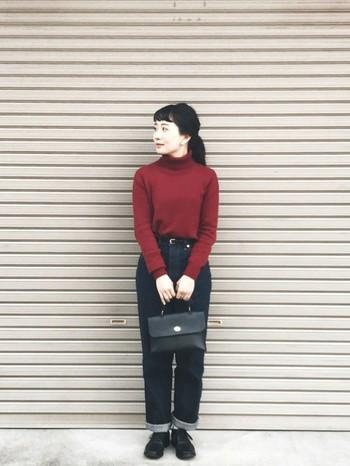 タートルネックの赤ニットは、大人っぽい雰囲気が漂います。デニムとは正反対なイメージのある上品なレザーバッグも、タートルネックと一緒ならスッと馴染みますね。