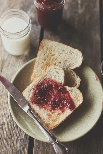 自家製ジャムがあると普段のトーストも格別なものに♪ちょっとアレンジしてスイーツに入れたりと何通りも楽しめて、豊かな気持ちになれそうではないですか?今回は旬の果物を使ったジャムとアレンジレシピをご紹介していきます。