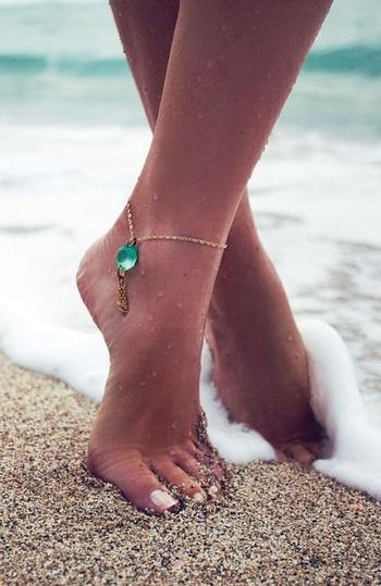 足首はくるぶしに付けるのがおすすめ。汗をかきにくいので、香りが変化しにくく、足を動かすとほのかに香ります。