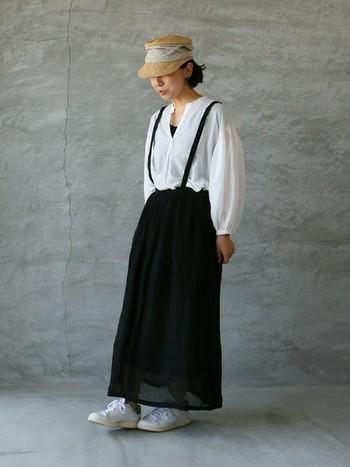 リネンのサスペンダースカートを主役にしたコーディネート。シンプルなコーディネートなので帽子やバッグなどを差し色として使うと◎
