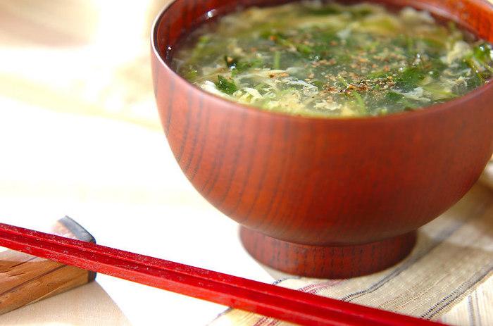 寒くなってくると温かいスープが身体に染みますよね。次はホッと優しい豆苗を使った卵スープを紹介します。  まずは千切りにした生姜を豆苗と一緒に炒めておきましょう。そこに水を足して煮立たせたらチキンスープの素と塩、さらに醤油と酒で味付けをします。最後に水溶き片栗粉でとろみをつけたら、溶いた卵を流し入れてコショウで味を整えて完成です。