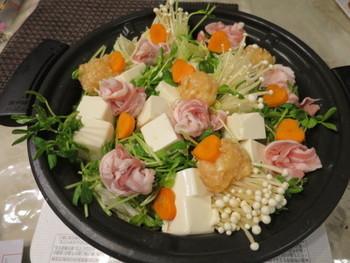 鍋もこれからの寒くなってくる季節に嬉しいですよね。豆苗を使って簡単に作れちゃう鍋レシピの紹介です。  まずは鍋に白菜とえのき、そして豆苗と豆腐に豚肉と肉団子、さらに人参を入れたら味付けは麺つゆや鍋スープの素でOKです。豆苗が彩りにもなりますし、豆苗を加えることでお肉の食感ともマッチしてお箸が進むこと間違いなしですよ。