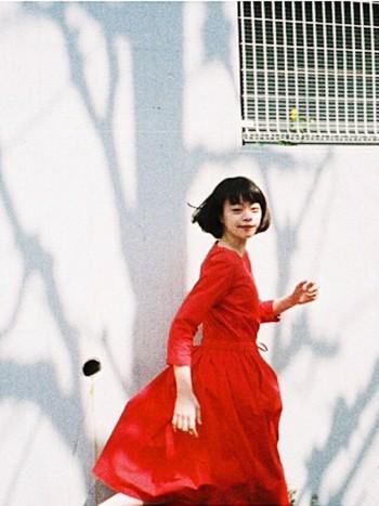 身に纏う人を可愛らしく、また大人っぽくも見せてくれる赤い服や小物たち。普段着ない人は取り入れるのに少し勇気がいる色ですが、一度取り入れたらきっとその魅力の虜になるはずですよ。赤い服や小物をまだ持っていないという方は、是非今季から取り入れてみてはいかがでしょうか。