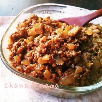 純和風の「ご飯のおとも」に飽きたなら、カレー風味の肉味噌はいかがですか?カレーとご飯の相性が良いのは知ってのとおり!箸が止まらなくなるスパイシーな味付けです。