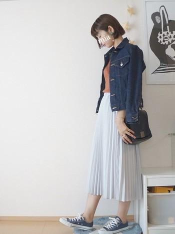 女性らしいアイテムのプリーツスカートも、カーディガンではなくGジャンでカジュアルダウンしてみると甘辛ミックスが完成します。お出かけに真似したいコーデですね。