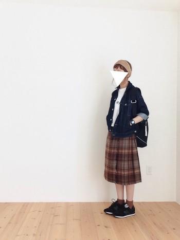 ひざ下丈のスカートとソックス×スニーカーの組み合わせは、アクティブで元気なイメージに◎ スカートと同系色のヘアバンドですっきり髪をまとめて、リュックでお出かけしちゃいましょう♪