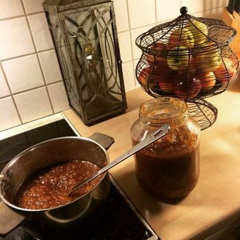 では、簡単な『りんごジャム』の作り方です。  【材料 ( 2 人分 )】 ・りんご1/2個(半分はくり切りに・半分はすりおろす。ともに塩で変色を防ぐ) ・砂糖大さじ4~5 ・レモン汁小さじ2  【作り方】 ①鍋に材料とりんごの皮を入れて中火にかける。アクを取り、りんごが透き通ってきたらりんごの皮を取り出す。 ②木ベラでりんごをつぶし、ぽってりするまで煮込んだら粗熱を取る。  以上で完成です♪