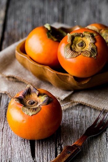 甘くてほっこりと優しい味わいの柿。ジャムにするとより甘さが濃縮されて、とろけるような美味しさに。チーズと合わせたり、お料理にも使いやすい柿ジャムのご紹介です。