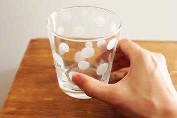 安定感があって持ちやすいグラス。みずたま柄のデザインが食卓のアクセントになってくれます。