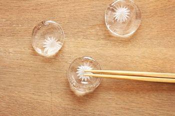 型を使わずに製作した箸置きは一つひとつ花の模様の位置が違います。微妙な表情の違いを楽しんで。
