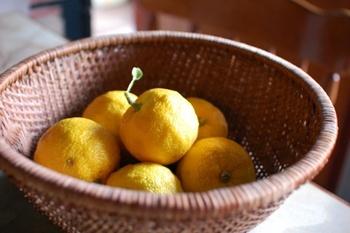 古くから12月の冬至の日に柚子湯に入る風習があるように、黄色いゆずの旬は11月~1月の冬。お鍋の時期に合わせてスーパーに出回ります。そこにあるだけで香り豊かな柚子。その美味しさを丸ごと味わえるジャムを作ってみましょう。