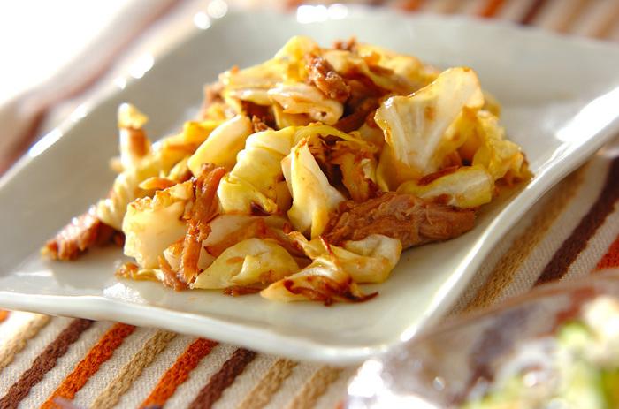 「手早く作れる・簡単・おいしい」の三拍子が揃った、お弁当にもおすすめのレシピです。具材はキャベツとツナのみ。マヨネーズだけでなく、みりんと醤油で味付けして炒めるのもポイント。シンプルながらも、箸が進むようなおいしいおかずになります。