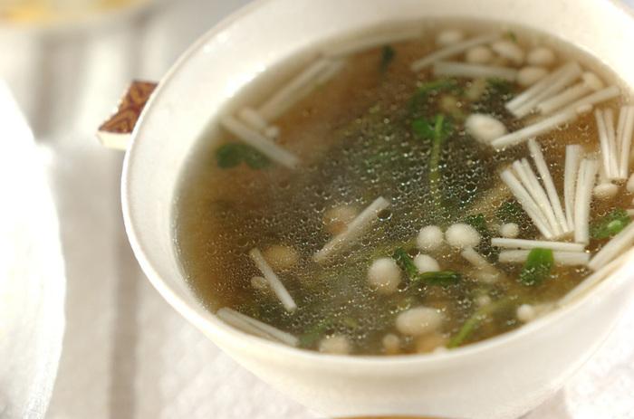 続いて豆苗とキノコを合わせたスープの紹介♪まず油で豆苗としょうがを炒めておきましょう。続けてえのきも一緒に入れて、しばらくしたら水を加えて醤油と酒にチキンスープの素で味つけをします。  そして出てきたアクを取って、最後に塩コショウで味を整えたら完成です。えのきも豆苗もシャキシャキしているので、温まりながら食感も一緒に楽しめるスープですよ♪