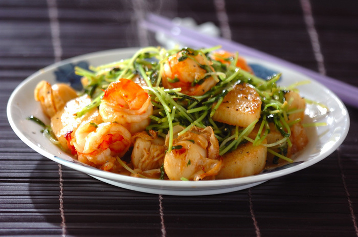 次は豆苗と海鮮を使った炒め物レシピです。まずはエビとホタテに長芋をバターで炒めたら豆苗も一緒に合わせましょう。そして醤油と酒と塩で味付けをして、最後に器に盛り付ける時にお好みで粗挽きコショウを振ったら完成です。  豆苗はほかの素材の食感や味を妨げないのでどの食材とも合わせやすいですし、色々な食材を加えることで豆苗のシャキッとしたみずみずしさが引き立つんです♪