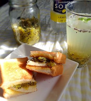 こちらはキウイジャムとバナナのサンドイッチは、酸味と甘味のバランスが絶妙。ぜひ朝食に試してみたい組み合わせです。