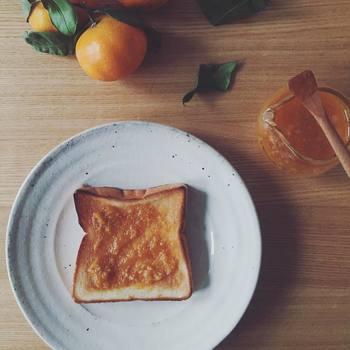 こちらはシンプルなトースト。みかんジャムの程よい甘さを味わいましょう。