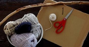 【材料】・お好みの毛糸や紐     ・縦糸用の糸     ・ヘアピン     ・はさみ     ・段ボール(ガムテープで2枚貼り合わせ、      両端に約1cmの等間隔で切り込みを入れます)     ・取り付ける為の棒や木