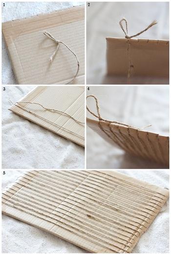 ①【織り機の用意】 まず最初に織り機を作ります。専用のものを買わなくてもDIYできます。 お好みのサイズのダンボールに切り込みを入れて縦糸を張っていきましょう。