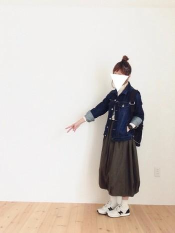 デニムジャケットとリュックって王道のコーデですね。スカートの丈と、靴下×スニーカーのバランスが絶妙。リュックはやや低めに背負ってゆる感を出しましょう。