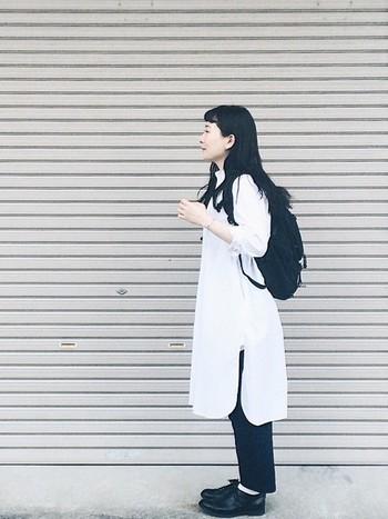 ナチュラルなイメージの白のシャツワンピースは一枚ふわっと着たいアイテムですね。リュックでたくさんの荷物を持ってもへっちゃら!お出かけにも、会社にもオススメのコーデです。