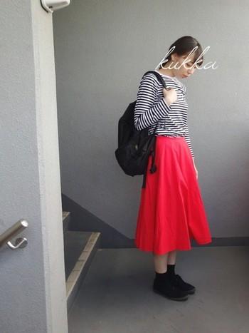 ブラックのリュックとボーダートップスとの相性はもちろん抜群♪ フレンチガールっぽく赤のスカートと合わせてシンプルに着こなしてみたいですね。