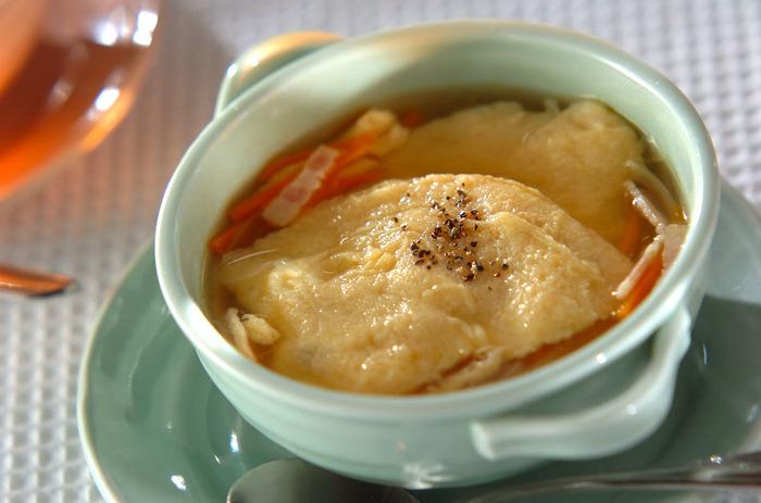 寒い季節にぴったりのコンソメスープ。泡立てた卵をふんわりと浮かべれば、これひとつで心も体もあたたまるスープのできあがりです。一緒に野菜も入れれば、栄養もバッチリですね。
