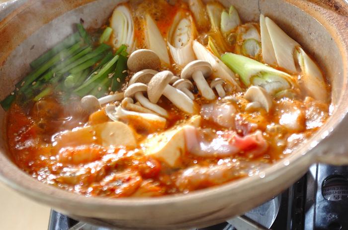 豆腐と豚肉がメインのキムチチゲ鍋。これは間違いありませんね!お鍋って実はとっても節約になります。そのとき安価な野菜を集めて煮るだけなので、お財布がピンチなときこそお鍋がおすすめです。