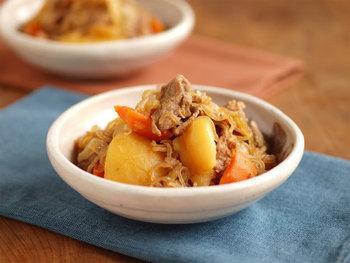家庭料理の王様的存在の肉じゃが。  実は、節約したいときにもぴったりのメニューです。 まずは基本のレシピをしっかりおさえて、何も見ずに作れるようになっておきたいものです。