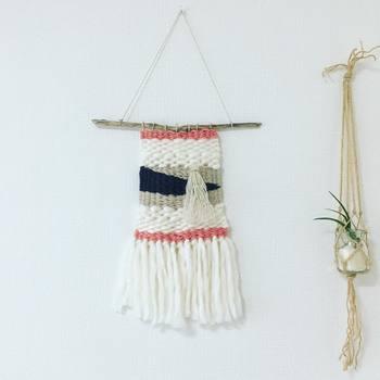 白い毛糸がもこもこしてシンプルで可愛いウィービング。マクラメ編みのハンギングプランターとの相性も◎