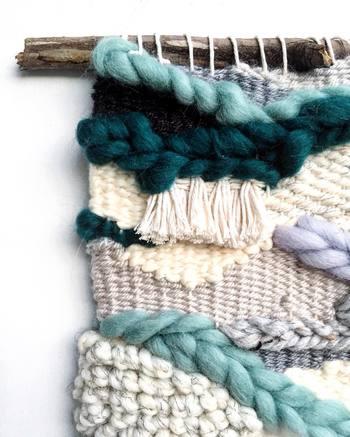 英語で機織りを意味するweaving(ウィービング)。毛糸や麻紐、革紐、布など好きな素材を自由自在に編みこんでいくハンドメイドのタペストリーのこと。下に垂れるフリンジが特徴的です。