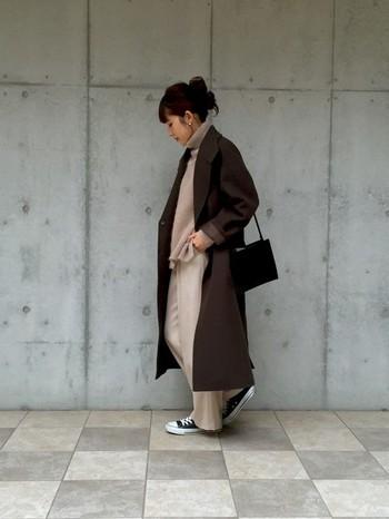 テロンとした素材のパンツに、同系色のベージュのニットを合わせて。上に羽織ったカーキのコートとの組み合わせもナチュラルで素敵。