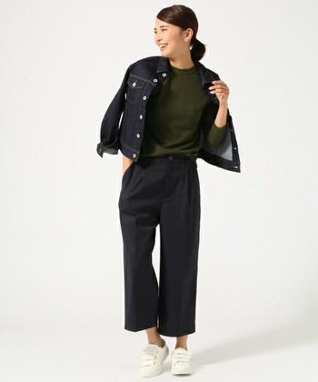こちらは、洋服は全てダークカラーで統一。パンツの裾から足首が見えているので、ヘルシーな印象です。スニーカーは白をチョイスして、さらに明るさをプラス。