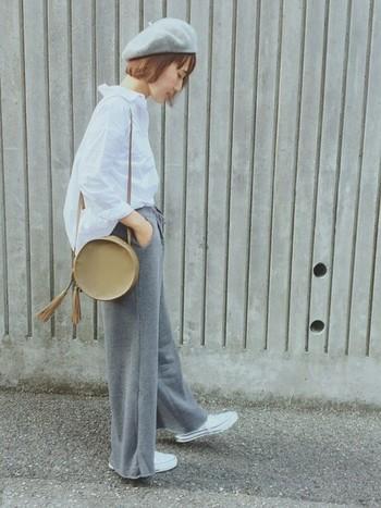 グレーのスウェットパンツは、リラックスムード満点。それだけに、気をつけないと部屋着のような印象に…。そんな時も、シャツは便利です。さらに襟をぬいて裾をフロントインすれば、スタイルアップ効果が◎!