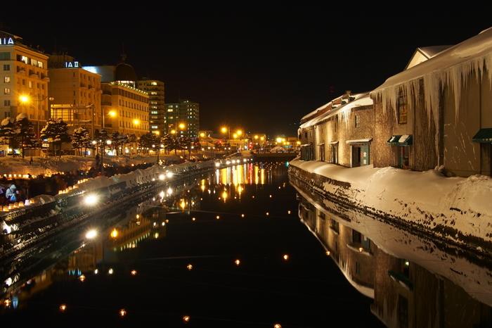 小樽運河や小樽の街が温かなキャンドルの光で包まれる「小樽雪あかりの路」。毎年2月に開催されています。ノスタルジックでいつも素敵な小樽運河の風景ですが、この期間は幻想的でさらに美しさを増します。