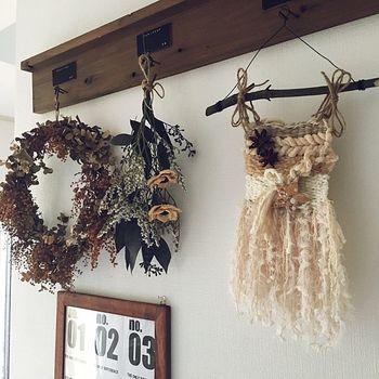 ベージュ系のウィービング、モヘアのような毛糸を使うと女性らしい仕上がりに。
