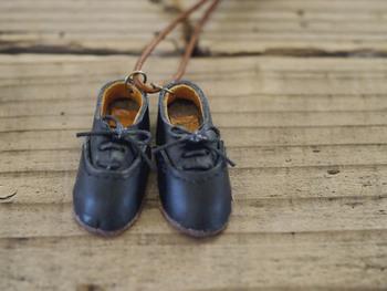 toupieさんは、まるで本物のような靴や旅行かばんのネックレスなど、革小物の作家さん。使い込むほどに愛おしくなるような、小さい中にもたくさんのこだわりが詰まっています。