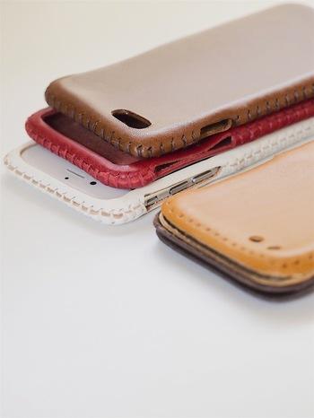 靴のネックレスのほかにも、革で作った携帯のケースもありますよ。お気に入りのスマートフォンケースがなかなか見つからないという方も、これなら納得いくはず。