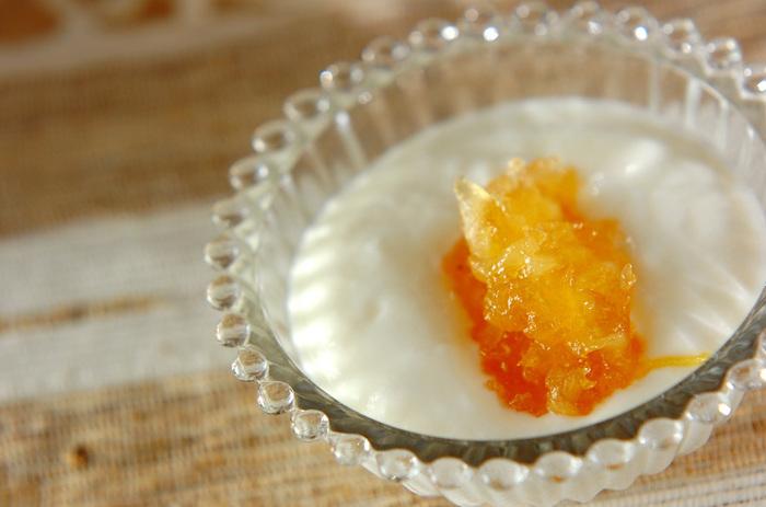 ヨーグルトのリンゴジャムがけは朝食にぴったりです。自然な甘さのリンゴジャムはやみつきになお味♪