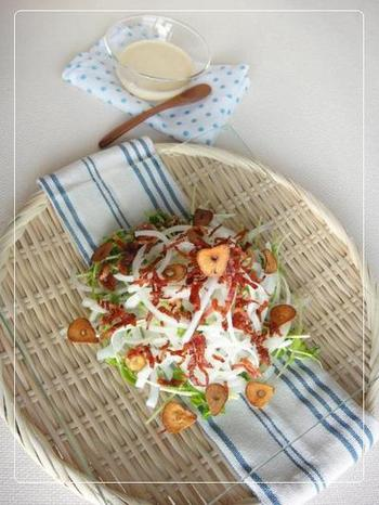 豆苗は生のままでも食べられてオススメなのが豆苗の食感をそのまま味わえるサラダです♪まずはニンニクとベーコンをカリカリになるまで焼き上げておきます。そして器に焼き上げた材料、そしてスライスした玉ねぎに豆苗を盛り付けましょう。  そして塩コショウに醤油にマヨネーズ、そして市販の白だし(なければ昆布とかつお節で取っただしに醤油、砂糖、みりんを加えます)を合わせたドレッシングをまぶして完成です。