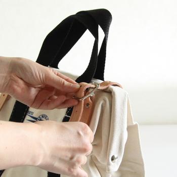 両サイドの革ベルトを締めると前後のキャンバスが重なってしっかり口を閉じることができます。