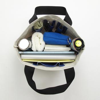 内側にポケットがついていて、バッグの中で物がごちゃごちゃになりません。