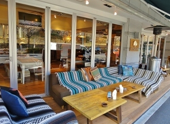 代々木公園の近くにある「BONDI CAFÉ YOYOGI BEACH PARK(ボンダイカフェ)」。 オーストラリアのボンダイビーチをイメージした解放感溢れるカフェです。気分がパッと明るくなるリラックス感たっぷりの雰囲気です。