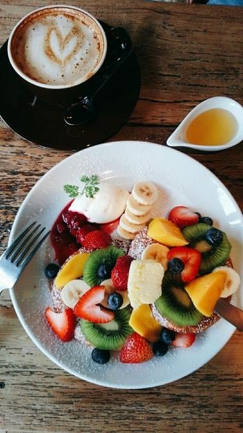 フルーツがた~っぷりのパンケーキ♡食べる前からワクワクしちゃいます。きっととてもハッピーなカフェタイムが過ごせますよ。