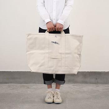 しっかりした分厚いキャンバス生地で作られた大判のコールバッグ。元々は石炭を運ぶために使われていたのでとても丈夫です。キャンプ道具などのアウトドア用品やラケットなどのスポーツ用品を入れても◎。