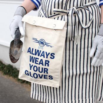 ラインマンの作業手袋を入れるために作られたバッグ。背面にニッケル製のスナップフックがついていて、底面には空気穴があります。ガーデニングやアウトドアなどにぴったり◎。